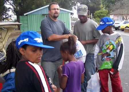 O missionário Gessé Rios distribui comida entre refugiados. (Foto: Divulgação)