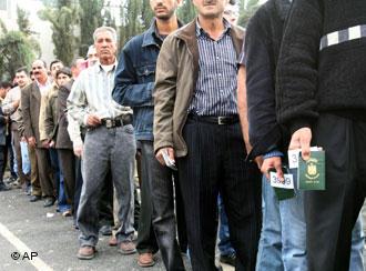 Refugiados iraquianos fazem fila em Damasco, na Síria